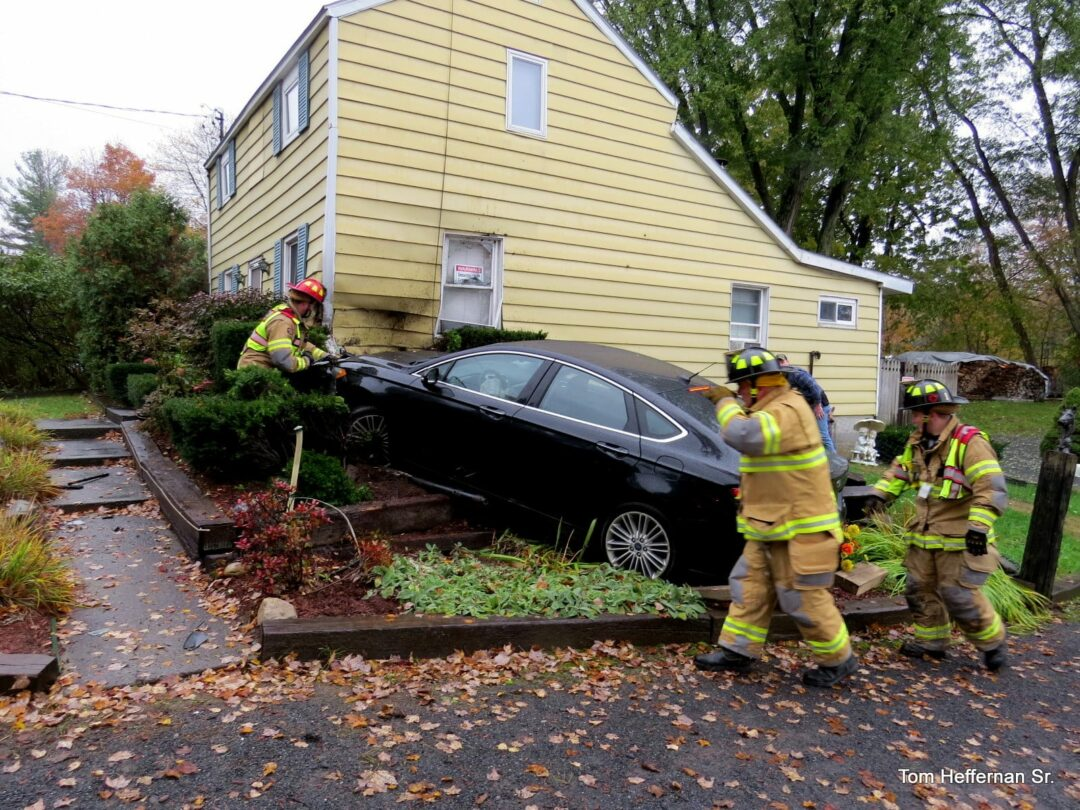 (UPDATED) Driver swerves to avoid rabbit and crashes into a house on Route 9W